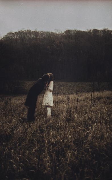 Conto de fadas sobre uma garota que pede a lua ajuda para remover sua maldição que recai sobre ela desde a noite em que, na frente do jardim de sua casa, ela alimentou uma matilha de lobos com carne fresca pela primeira vez. Agora os animais voltam à ela todas as noites, assustando os moradores do vilarejo com seus uivos. Logo, os moradores decidem forçar seus pais a abandoná-la e entregá-la a floresta. Ela passou a noite passada com um pretendente que vai perder a chance de crescer.